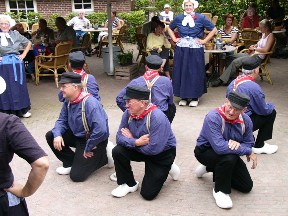 """De dubbeltjesdans """"Jensken"""" waarbij de dames een heer vragen, De Heikamp 2007."""