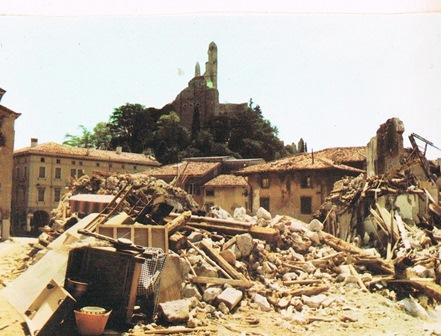 Gemona met de verwoeste huizen, na de aardbeving van 1976