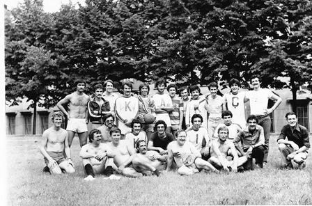 1977 De voetballers van Turkije en de Achterhookse Folkloredansers. Op de voorste rij Gerrit op z'n klompen.