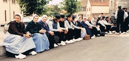 Wachten op een muurtje in Obernai, vlak voor het optreden.