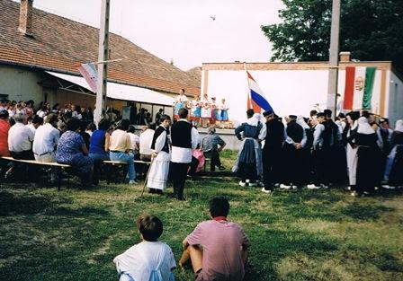 De Ruurlose dansers kijken naar een optreden van de Hongaarse gastgroep