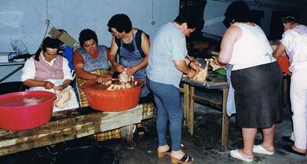 De Portugse dames zijn bezig met het voorbereiden van de maaltijd.