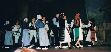 De Achterhookse Folklore dansers dansen samen met de Roemeense folkloredansers.