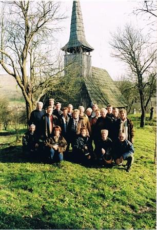 Groepsfoto voor het kerkje.