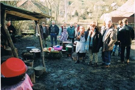 """De """"open keuken"""" in Tioltiur, waar de bewoners het diner voor de Ruurlose gasten bereiden."""