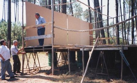 Zo wordt een Portugees podium gebouwd.