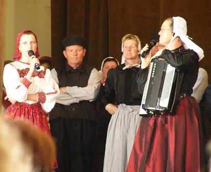 Uitleg van de dansen tijdens het optreden in de schouwburg van Simleu.