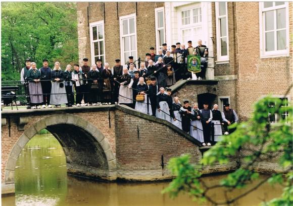 0093 - 1996 Groepsfoto voor het kasteel 001