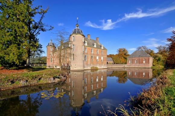 Kasteel Slangenburg, zicht op kasteel met grachtpartijen